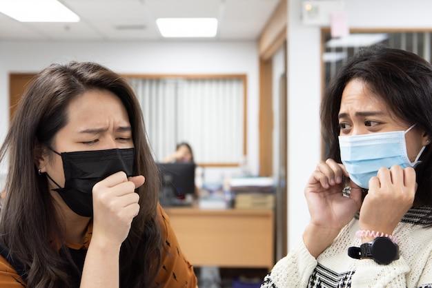 Mujeres vestidas con máscara de protección contra la epidemia de gripe covid19