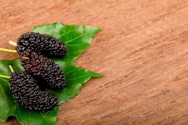 Mulberry y de la hoja en la madera vieja