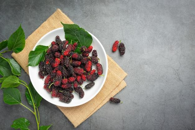 Mulberrys frescas sobre superficie oscura