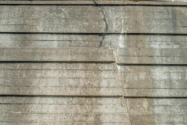 Multicapa vertiendo el muro de hormigón bajo la influencia del medio ambiente.