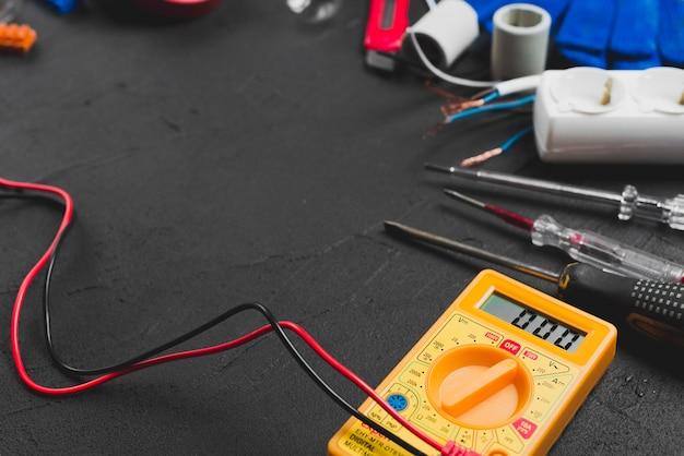 Multímetro y destornilladores en la mesa