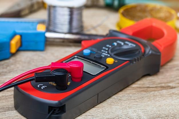 Multímetro digital para reparaciones de electrodomésticos.