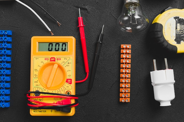 Multímetro e instrumentos eléctricos en la mesa