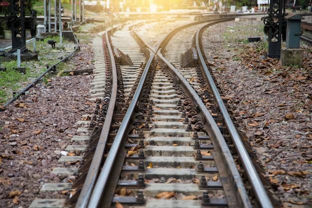 Múltiples interruptores de vías férreas, foto simbólica para decidir el futuro.