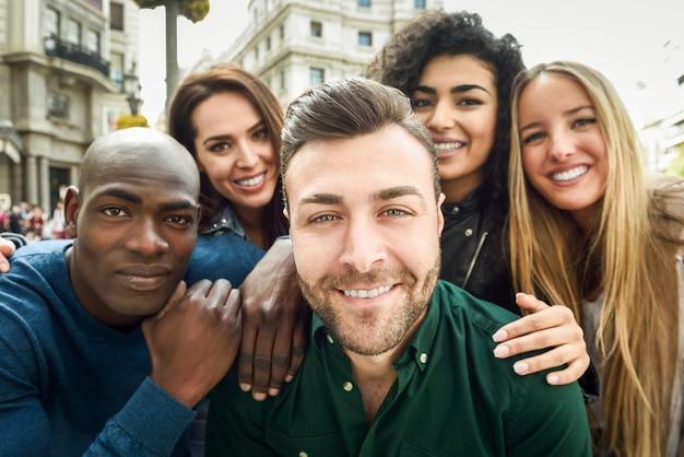 Multiracial, grupo, joven, gente, toma, selfie