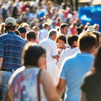 Multitud de personas caminando por la concurrida calle de la ciudad.