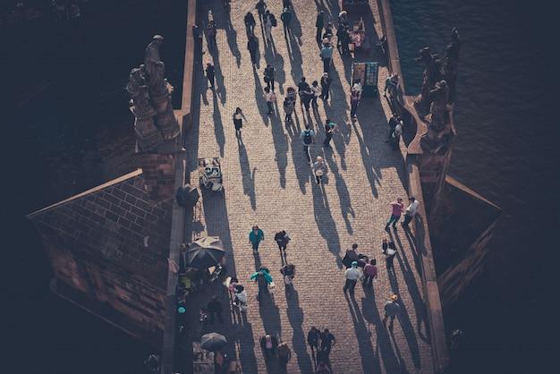 Multitud de turistas en el puente de carlos (karluv más), visto desde arriba