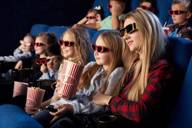 Multitud viendo películas en 3d en el teatro.