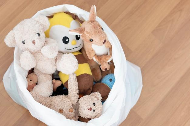 Muñeca de animales en una bolsa blanca