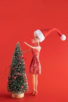 Muñeca barbie decorando el árbol de navidad