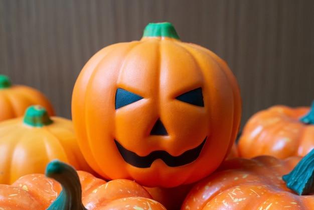 La muñeca de calabaza en la mesa de madera para contenido de halloween.