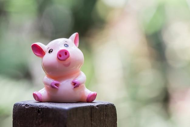 Muñeca de cerdo rosa sentada sonriendo