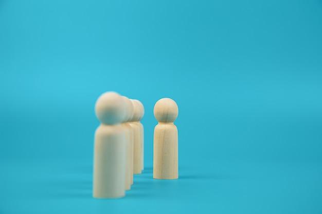Muñeca de madera de personas que salió de la línea de conceptos de recursos humanos.
