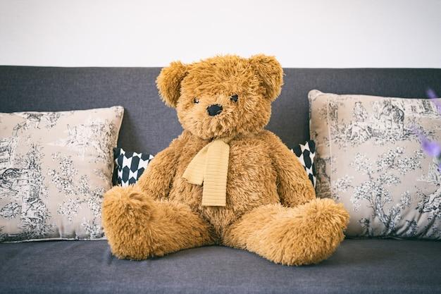 Muñeca del oso de peluche en el sofá, objetos de decoración