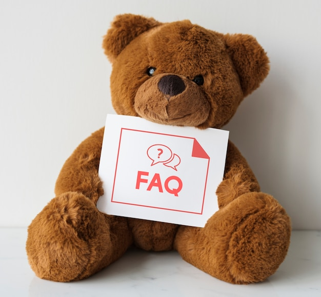 Muñeca de oso con una tarjeta de preguntas frecuentes