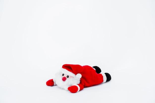 Muñeca de papá noel en aislado sobre fondo blanco, decoración navideña