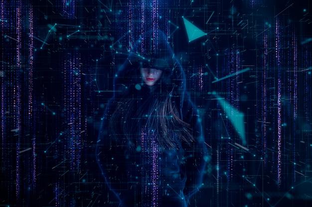 Muñeca de silicona hacker femenino sobre una pantalla.