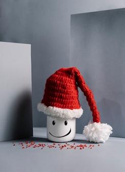 Muñeca sonriente con sombrero de santa claus