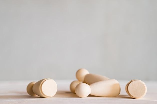 Muñecas de madera tropiezan sobre la mesa
