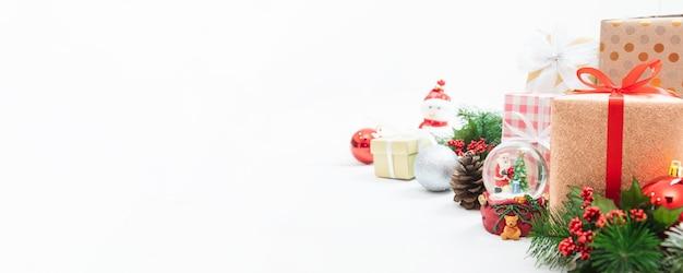 Muñeco de juguete navideño, caja de regalo de navidad y año nuevo con adornos decorativos.