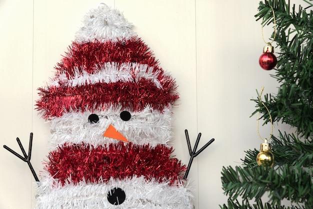 Muñeco de nieve y árbol de navidad