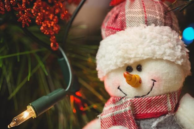 Muñeco de nieve decorar en árbol de navidad