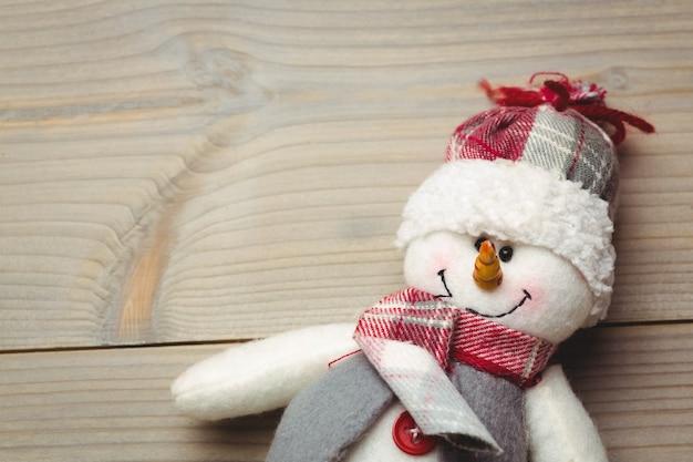 Muñeco de nieve en mesa de madera