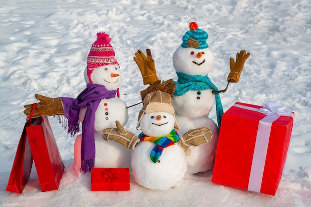 Muñeco de nieve de navidad con bolsa de compras y regalo de navidad
