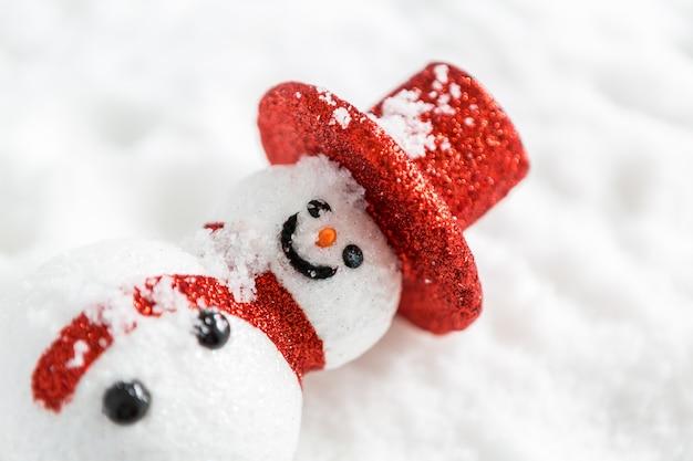 Muñeco de nieve sobre la nieve
