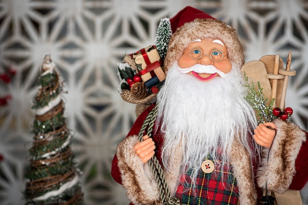 Muñeco de santa claus en decoración navideña
