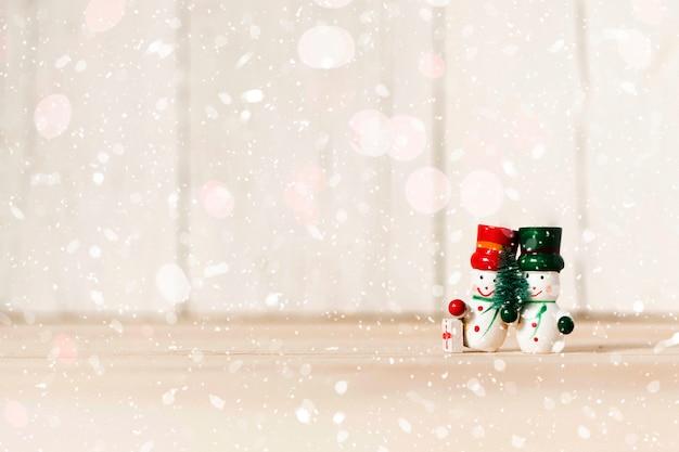 Muñecos de nieve abrazándose con espacio de copia