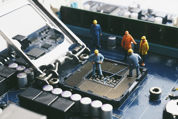 Muñecos sobre una placa base de ordenador