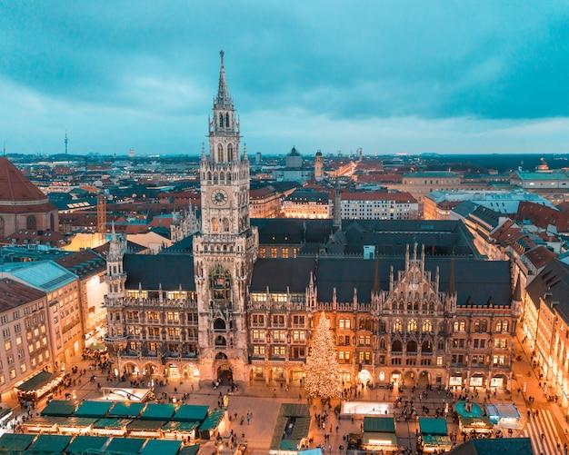 Munich rathaus con arbol de navidad y decoraciones.