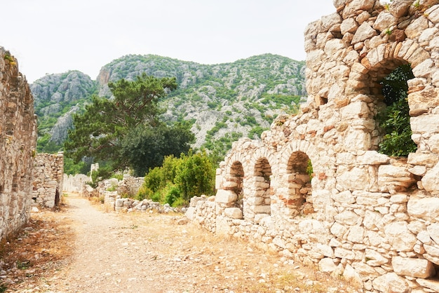 Murallas de la ciudad en las ruinas de troya, turquía.