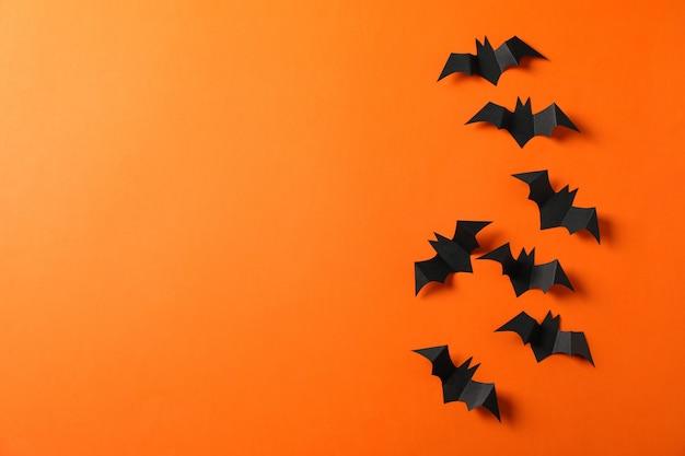 Murciélagos decorativos en mesa naranja