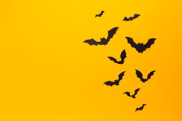 Murciélagos de halloween con fondo naranja