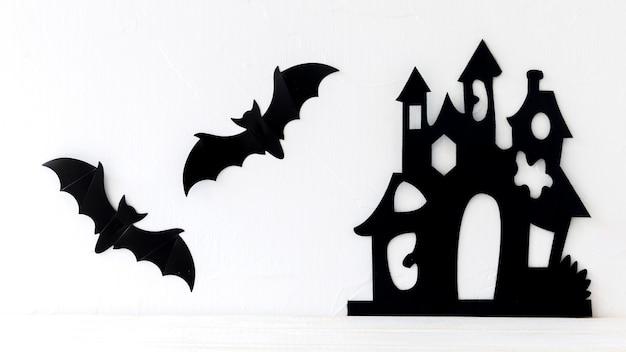 Murciélagos de papel colgando cerca del castillo