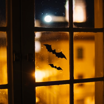 Murciélagos de papel de halloween pegados en la ventana