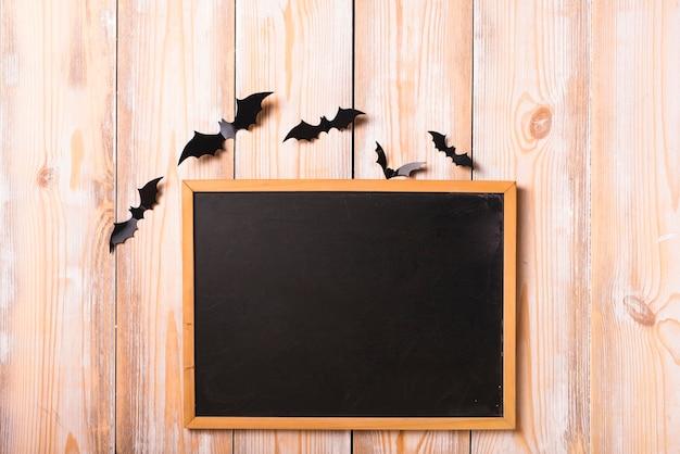 Murciélagos de papel y pared de decoración pizarra