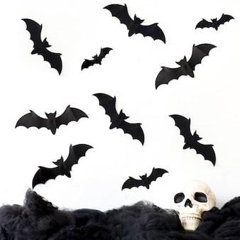 Murciélagos volando sobre cráneo