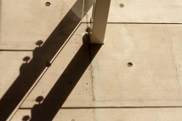 Muro con agujeros y pasarela