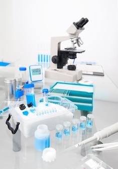 Muro científico con puesto de trabajo microscópico