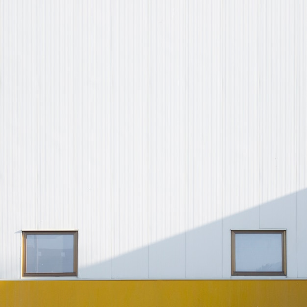 Muro ciudad con ventanas