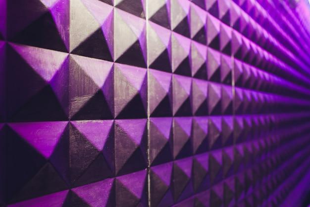 Muro de hormigón textura estuco cemento blanco y gris geométrico triángulo transparente fondo de pirámide con sombra y luz.
