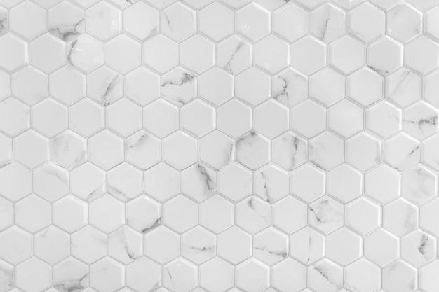 Muro de mármol blanco con dibujo hexagonal.