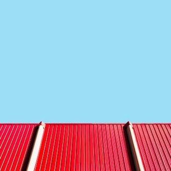 Muro metálico con cielo