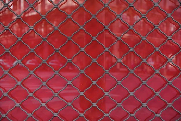 Muro con pantalla de alambre de metal