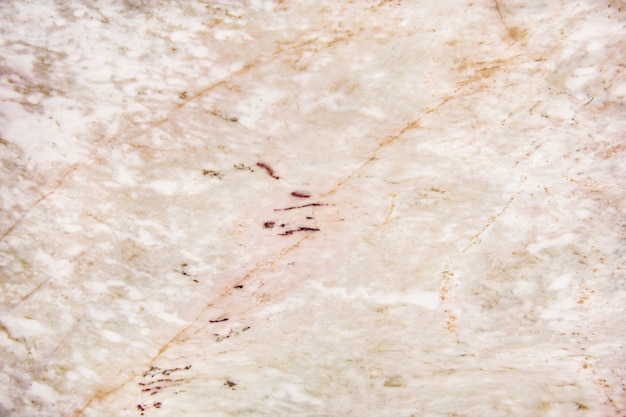 Muro texturado de mármol rosa y blanco.
