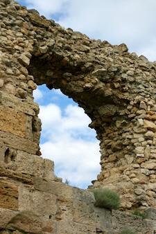 Los muros de la antigua ciudad de mampostería. excavaciones de la ciudad vieja