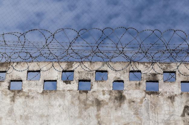 Muros de la prisión, valla con alambre de púas.